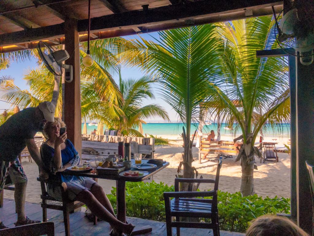 Blick vom Frühstückstisch auf Strand und Meer