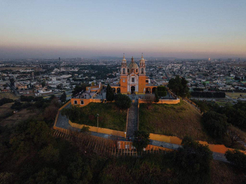 Kirche mit Puebla im Hintergrund