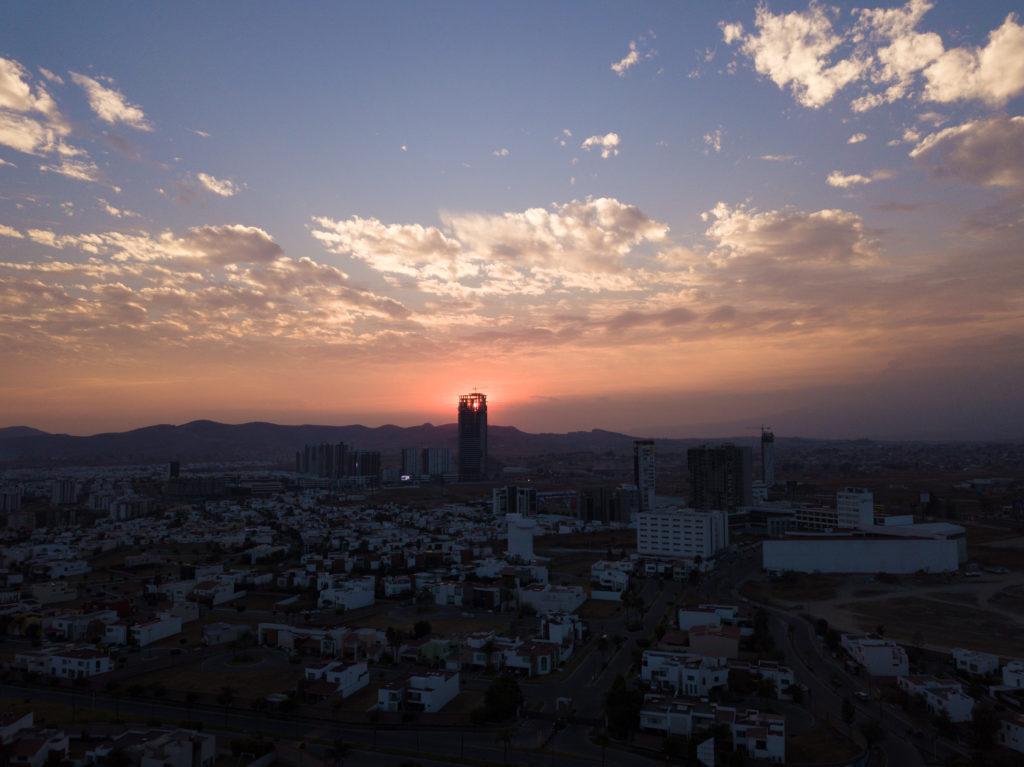 Hochhaus im Bau vor Sonnenuntergang in Lomas
