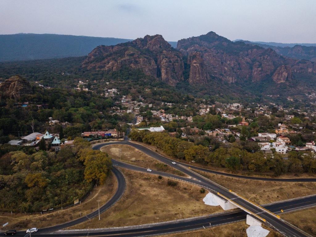 Drohnenbild Tepoztlán, Schlaufe, Brücke und Calle de Los Cerritos