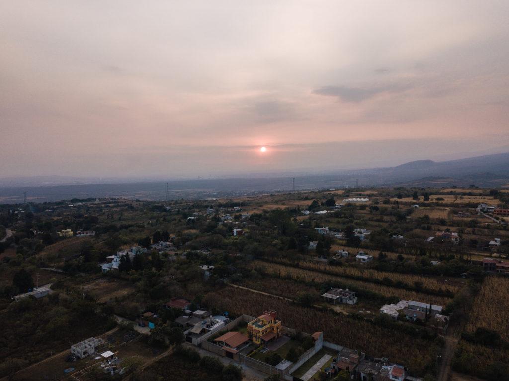 Blick mit Drohne Richtung Sonnenuntergang