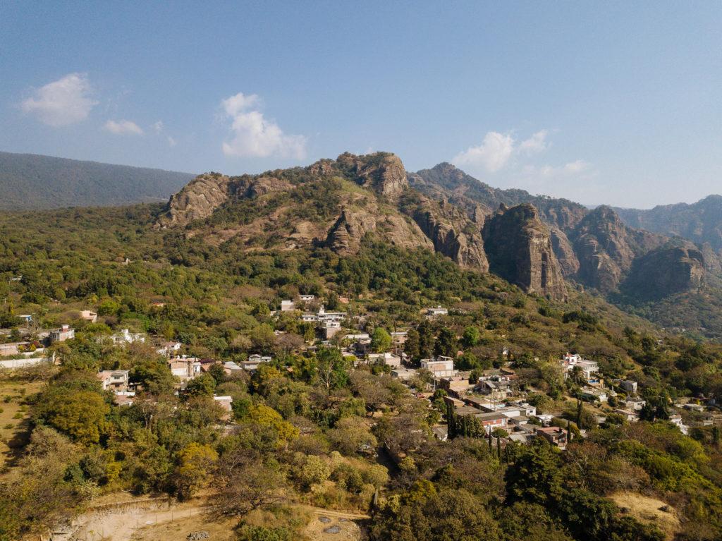 Nah am Gebirge mit Drohne, über den westlichen Ausläufern der Stadt