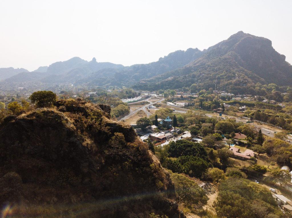 Blick am Hügel vorbei über Straßenschlaufe Carr. Cuernavaca