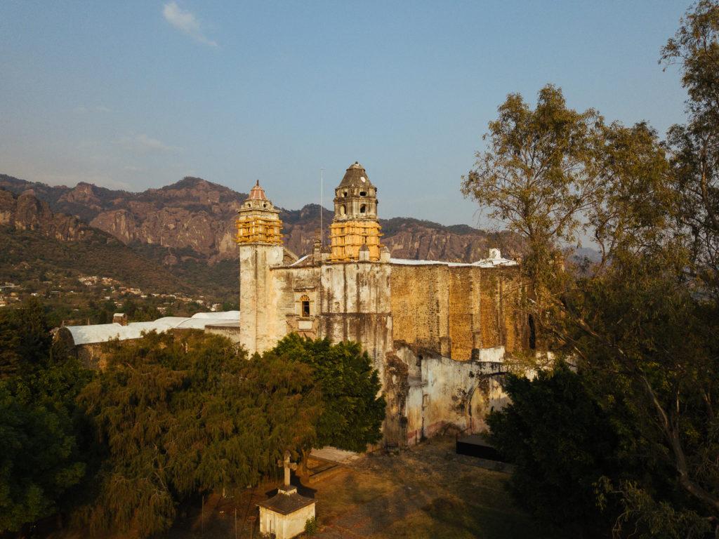 Drohnenbild vom Kloster im Landeanflug