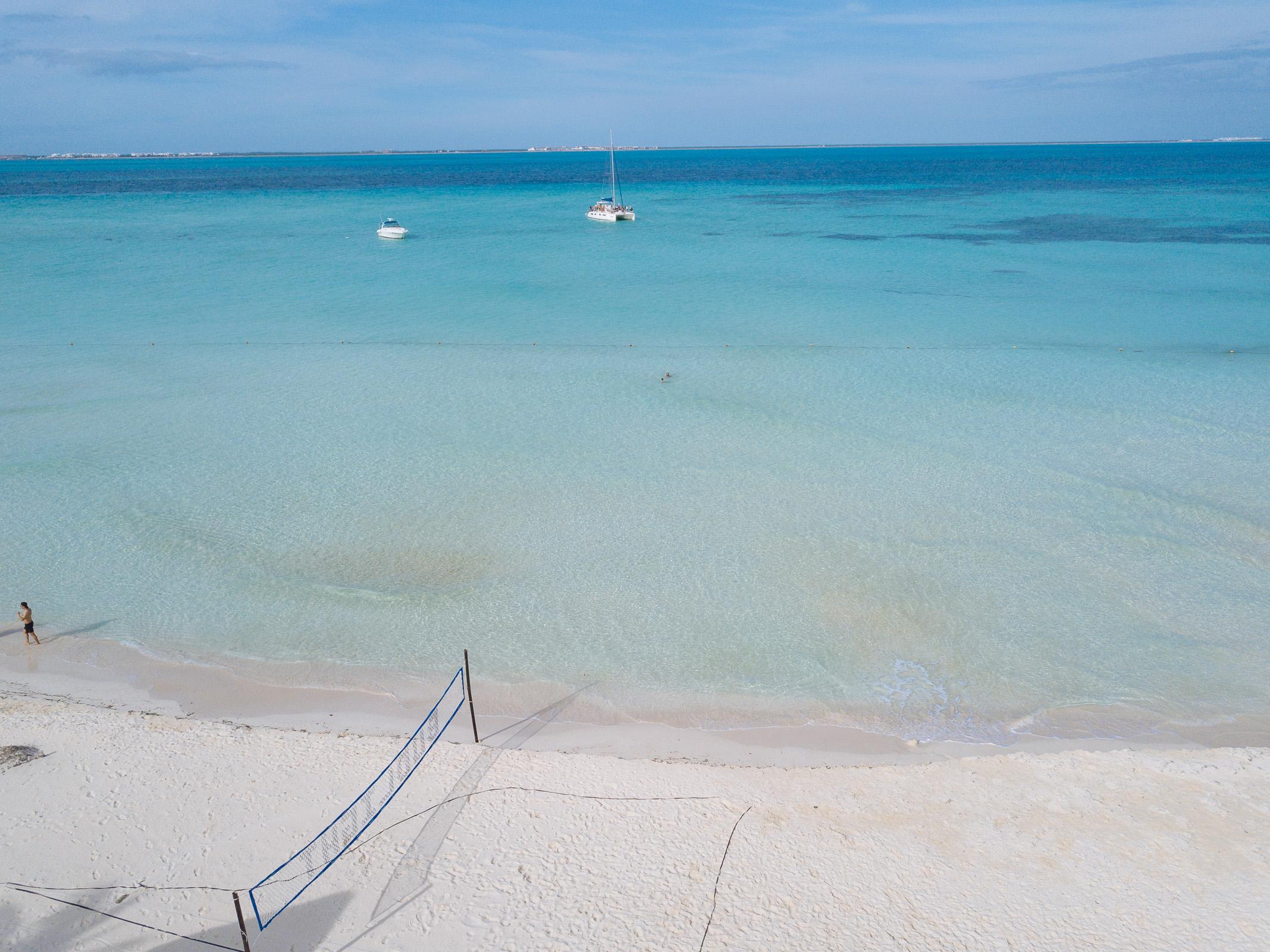 Viel karibisches Meer und zwei Boote