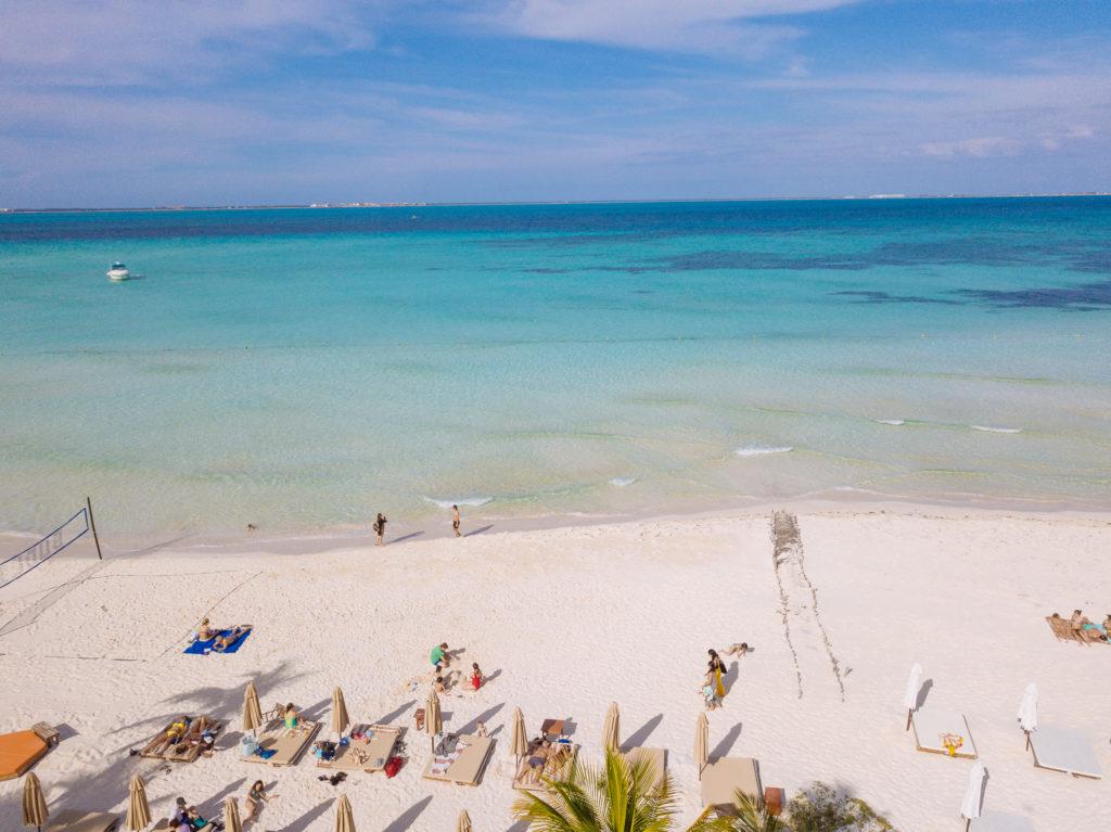 Karibisches Meer und Playa Norte mit der Drohne über dem Na Balam