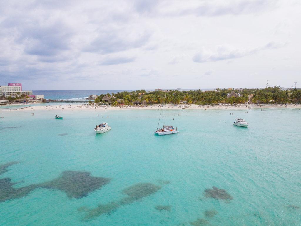 Boote vor der Playa Norte mit der Drohne über dem Meer
