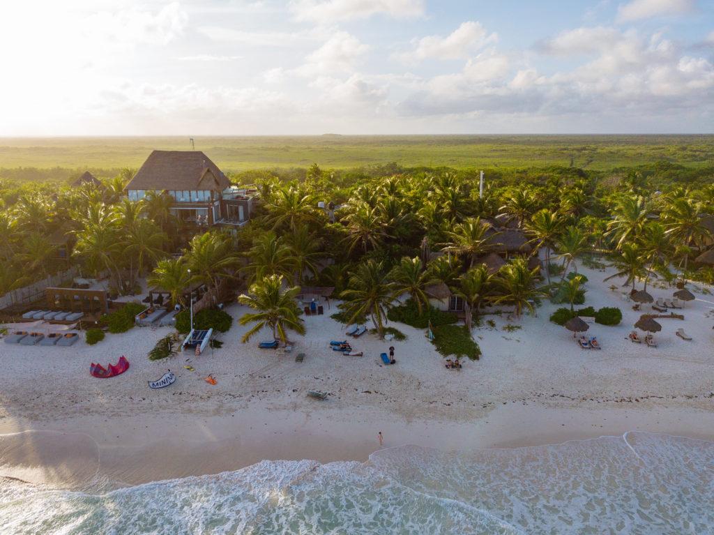 Playa Xcanan und Nachbarn von über dem karibischen Meer aus gesehen