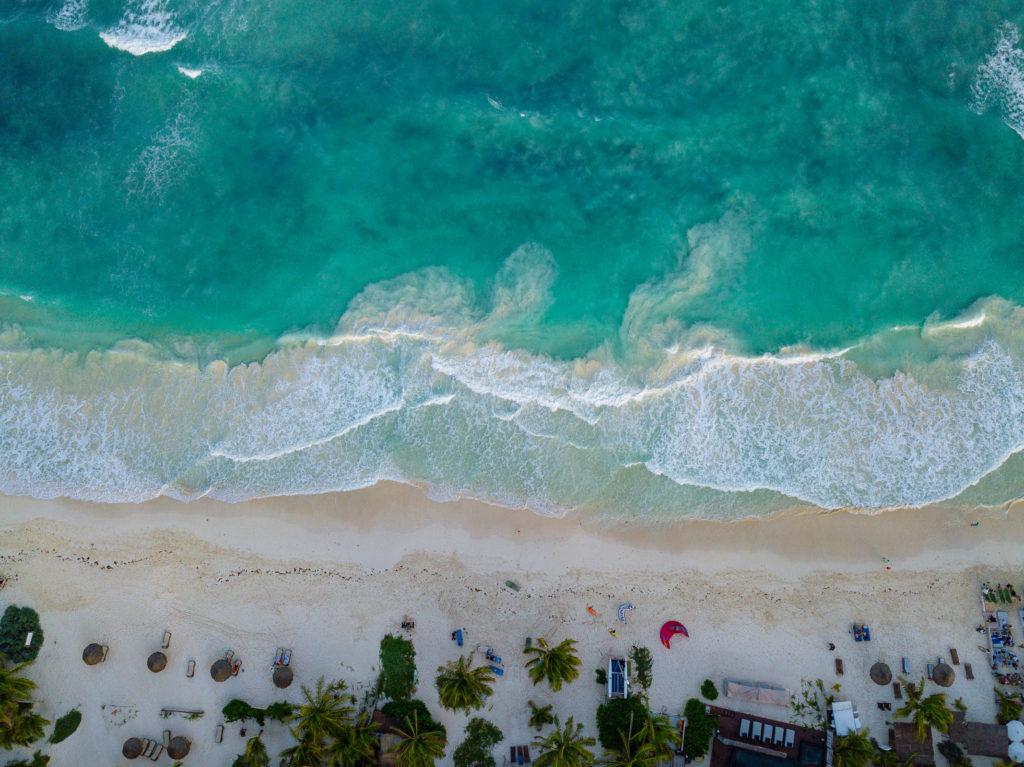 Karibisches Meer vor Playa Xcanan in Tulum gerade von oben gesehen