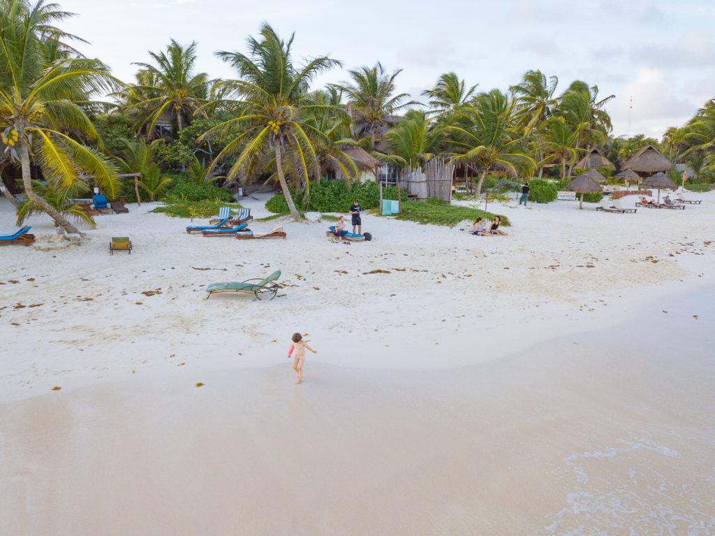 Drohnenlandung am Strand mit Töchterlein in der Brandung