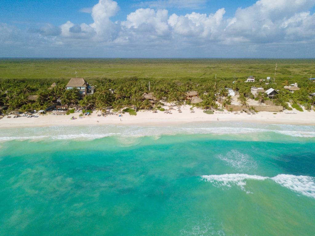 Türkisblaues Meer, Palmen und Dschungel bei Tita Tulum und Playa Xcanan