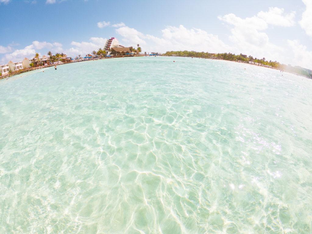 Blick aus dem Wasser zu Playa Norte und Mia Reef Resort