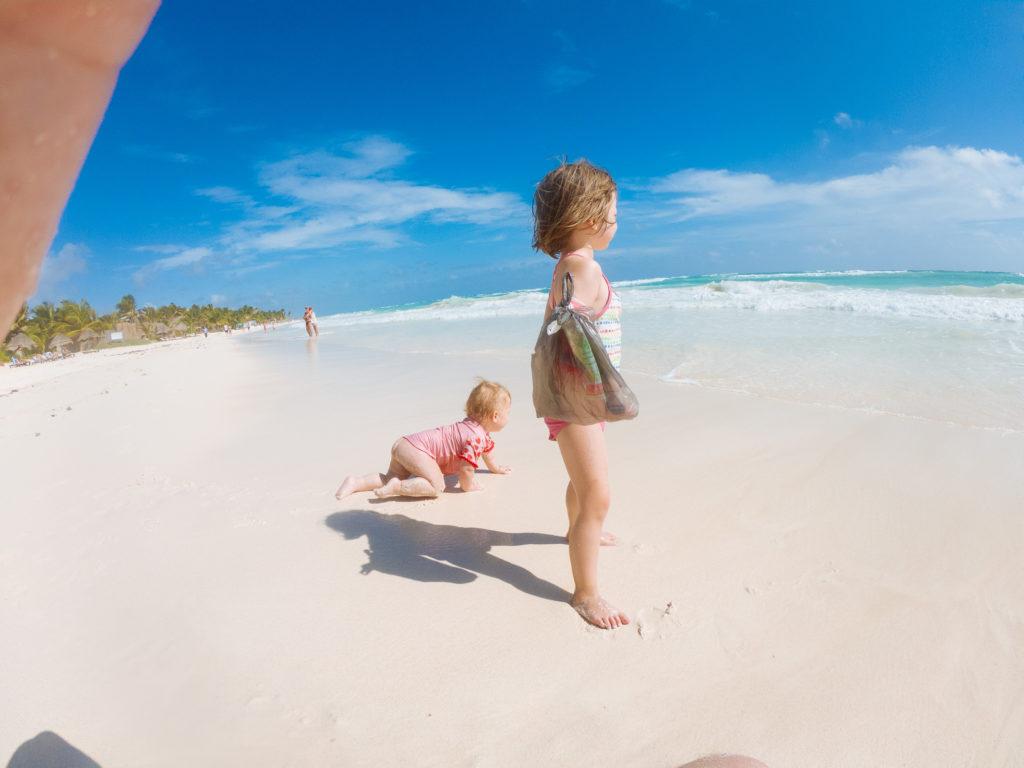Kinder am karibischen Meer