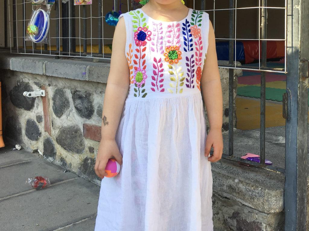 Unglückliche Tochter mit vermeintlichem Flummi in der Casa de Piedra