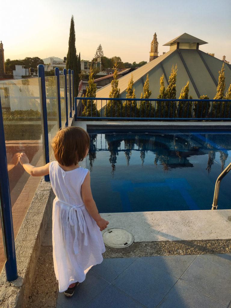 Tochter vor Swimmingpool auf der Dachterrasse im Estrella de Belem, Cholula