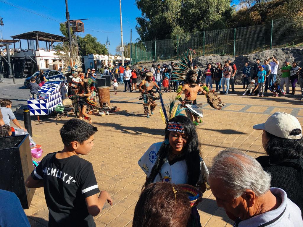 Vorführung indigener Tänze an der Pyramide Cholula