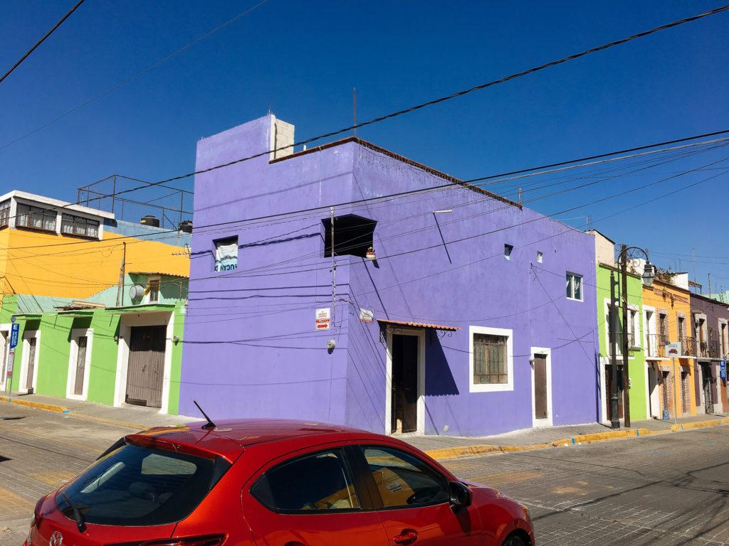 Lila Eckhaus mit unverglastem Fenster, Calle 4 Ote. / Calle 6 Nte.