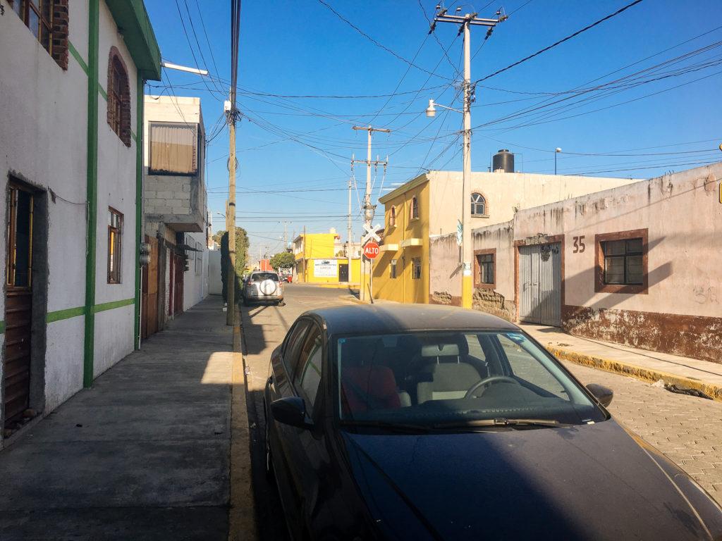 Auto in der Calle del Cedro, Cholula
