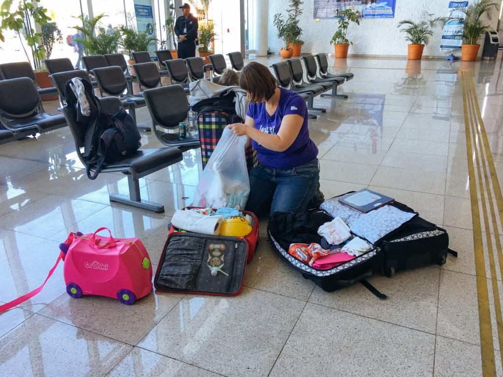 Myriam packt am Flughafen Puebla Windeln in meinen Koffer