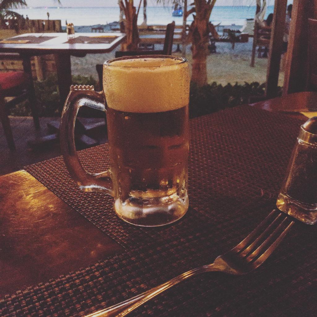 Cerveza Pacífico im Oceanvs Club, Na Balam