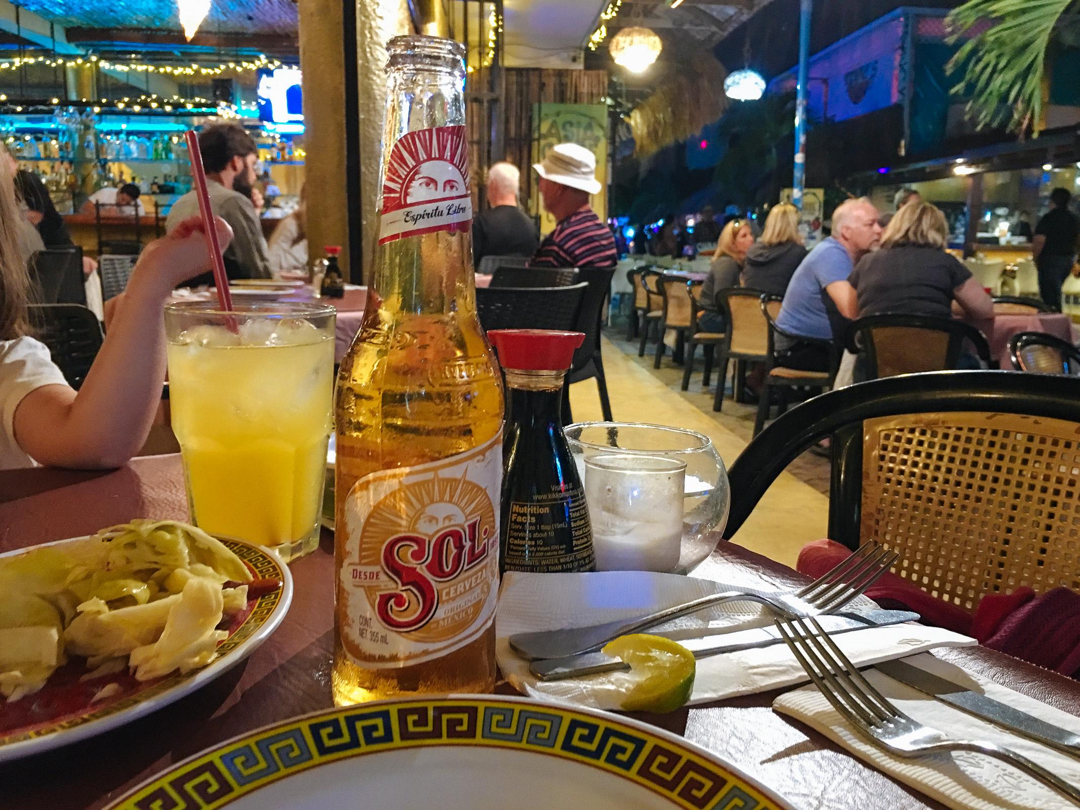 Bierchen neben pickled cabbage beim Asia Caribe