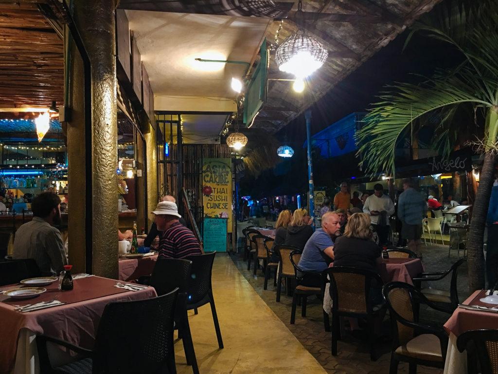 Außenbereich Asia Caribe abends