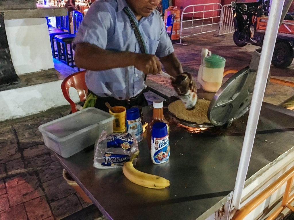 Waffelverkäufer streicht Nutella drauf