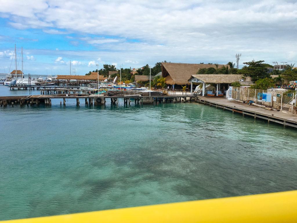 Stege im Hafen von Isla Mujeres bei schlechtem Wetter