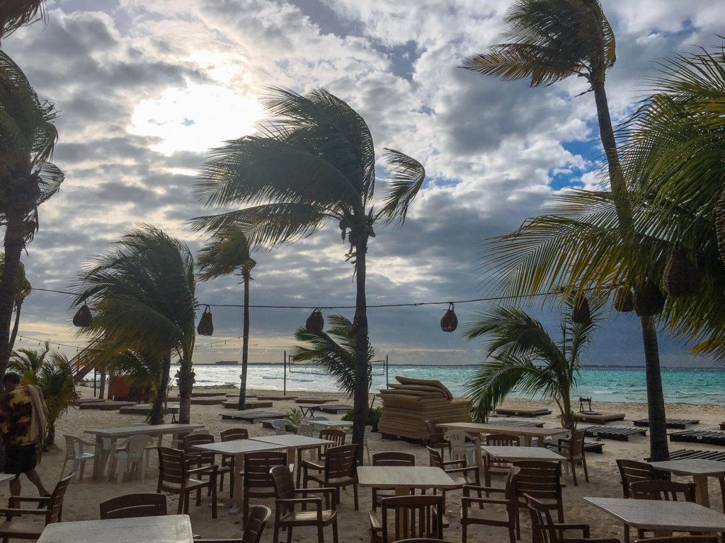 Wolken und Palmen im Wind beim Na Balam