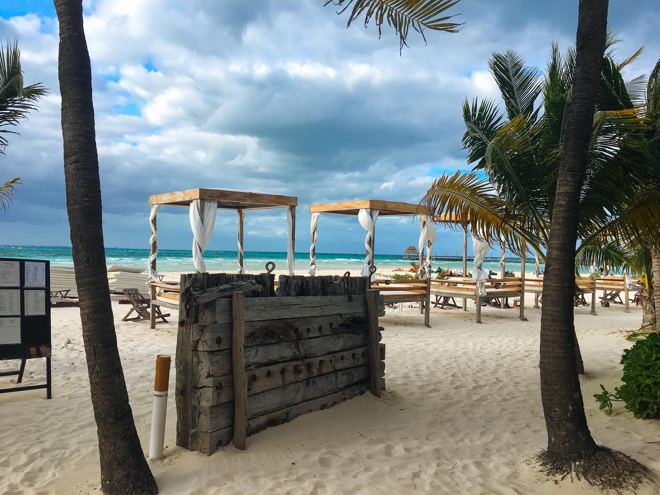 Himmelbetten am Strand bei schlechtem Wetter