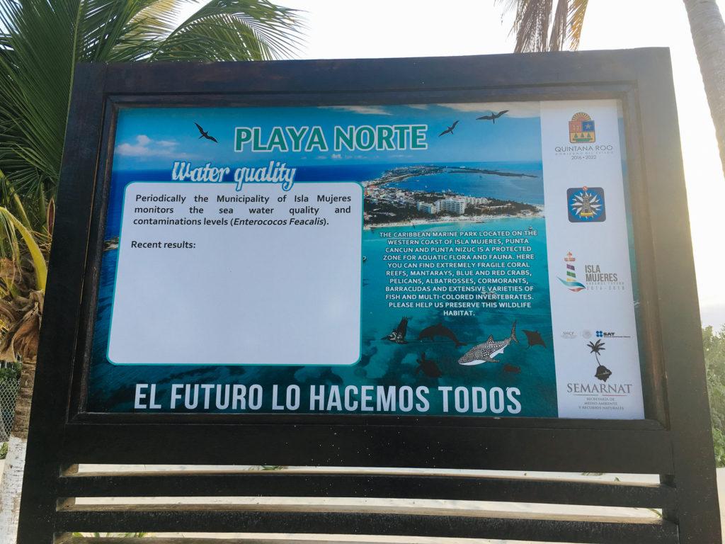 Schild über die Wasserqualität auf Isla Mujeres