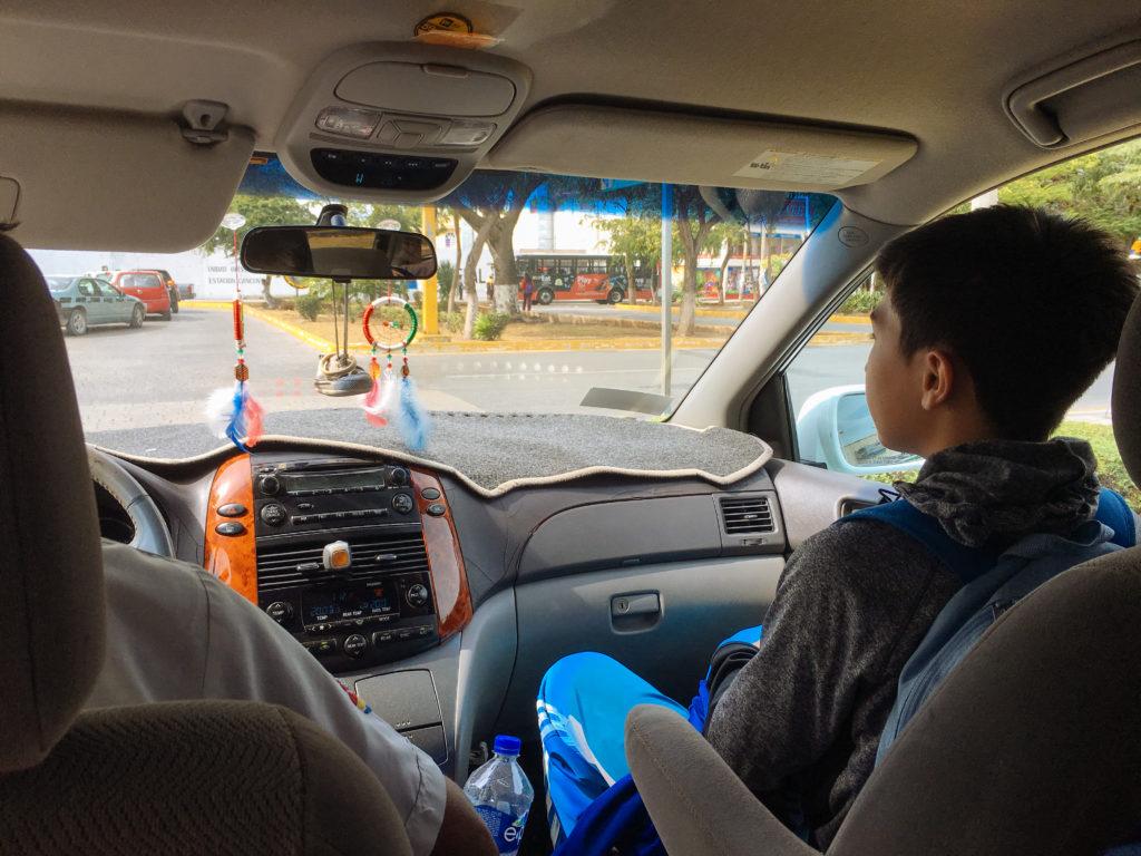 Taxi mit Enkelsohn auf dem Beifahrersitz