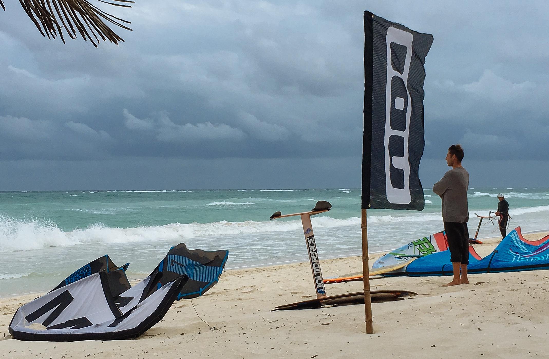 Kites und Kitelehrer am Strand von Tulum