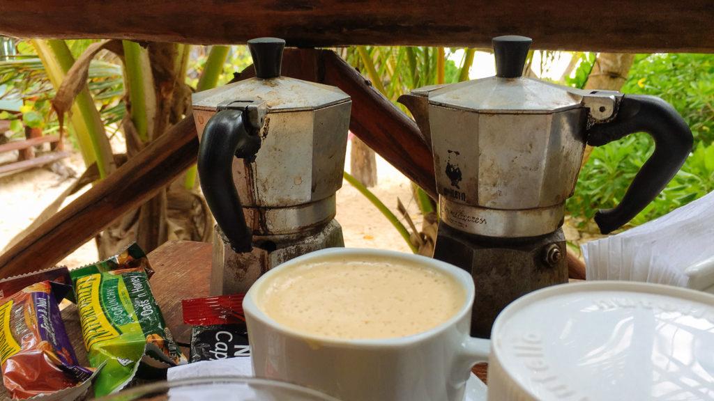 Espressokännchen auf der Terrasse der cabaña bei der Playa Xcanan