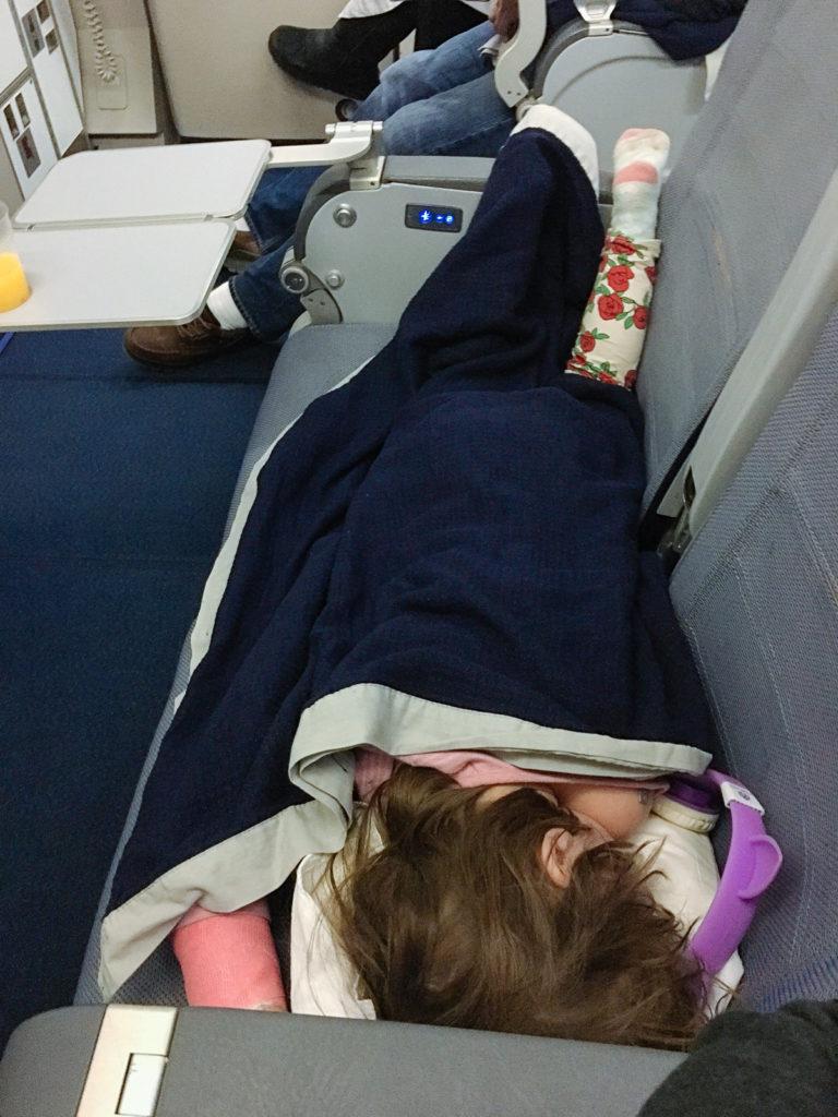 Töchterlein schläft im Flieger